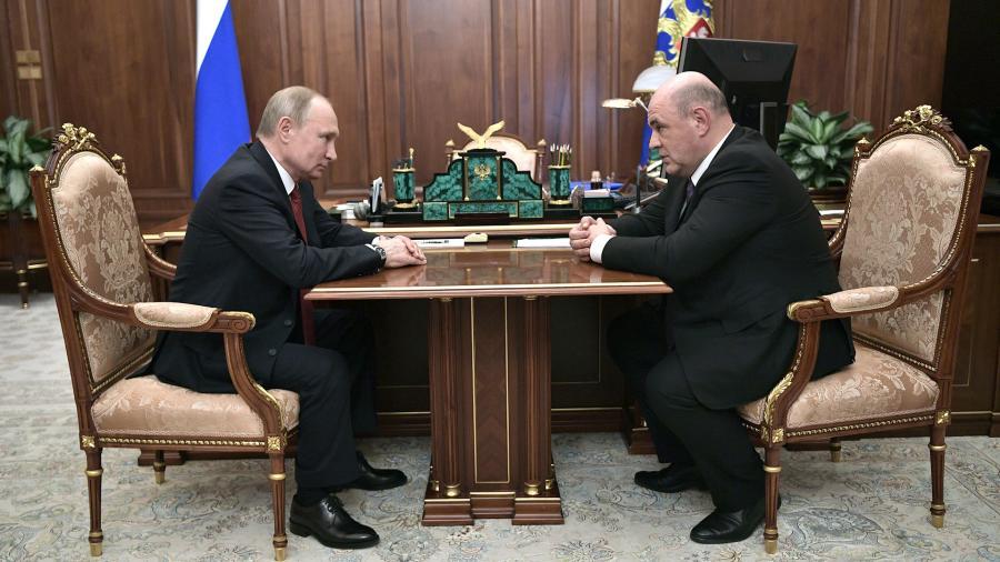 Президент РФ Владимир Путин и руководитель Федеральной налоговой службы (ФНС) Михаил Мишустин во время встречи